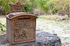 cassetta postale esterna cassetta postale esterna arrugginita decorata immagine