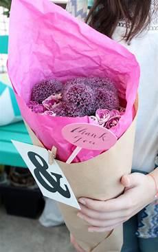 topfblumen als geschenk verpacken geschenkidee blumen h 252 bsch verpacken mit kraftpapier