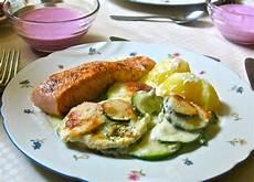 lachs mit kartoffeln gratinierte zucchini in sahnesauce zu gebratenem lachs mit
