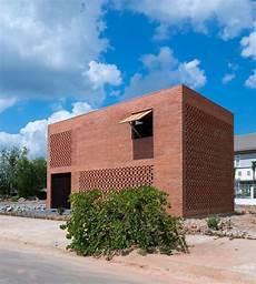 Kleines Ziegelstein Haus Durch Tropischen Raum