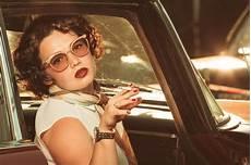 Cigarette De Tabagisme De Femme Dans Une Voiture