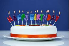 candele buon compleanno candele di buon compleanno su un dolce fotografia stock