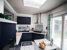une cuisine bleu marine et carreaux de ciment aux motifs