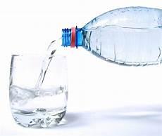 bicchieri d acqua pieno di energia con pochi bicchieri di acqua