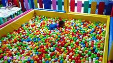 Mainan Anak Lempar Bola Warna Warni Di Kolam Mandi Bola