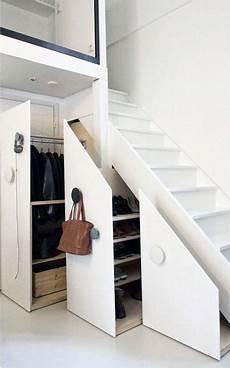 Dressing Sous Escalier Un Rangement Dressing Sous L Escalier Ultra Pratique En