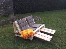 liegestuhl aus paletten gartenbank palettenbank liegestuhl upcycling