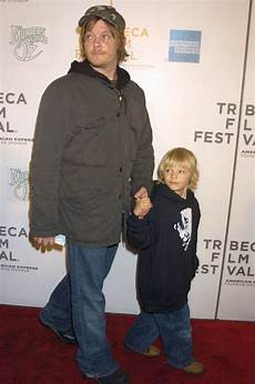 Norman Reedus Sohn - when he adorably held with his on the carpet