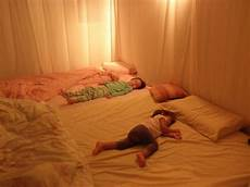 Bett Im Boden - as a kid i never slept alone the comfort of my