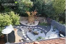 moderner kiesgarten mit zentralem quellstein