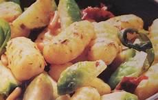 rosenkohl rezepte tim mälzer gnocchi pfanne mit rosenkohl rezept essen und trinken