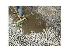 kieselsteine in beton verlegen so verlegen sie kieselmosaik ratgeber bauhaus