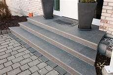 terrassenplatten auf treppe verlegen treppenstufen backes schiefer naturstein