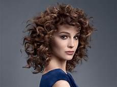 Dauerwelle Mittellange Haare - medium hair with spiral curls and shorter bangs