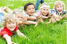 kinder lachen gruppenspiele f 252 r kinder infos und ideen zu spielen im