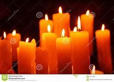 immagini candele accese candele candela accesa su fondo nero fotografia stock