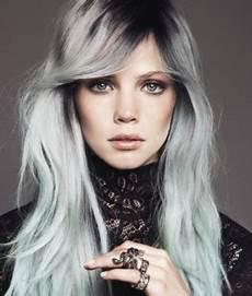 couleur cheveux gris argenté les cheveux gris la coloration tendance du moment