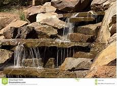kleiner wasserfall im garten garten wasserfall lizenzfreie stockfotos bild 16307108