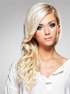 blond gef 228 rbte haare in langer lockenfrisur lange