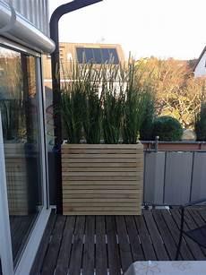 Balkon Sichtschutz Ideen - witte houten louvre bloembak met wieltjes terras in