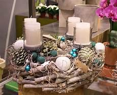 adventskranz aus holz mit christbaumkugeln in t 252 rkis foto