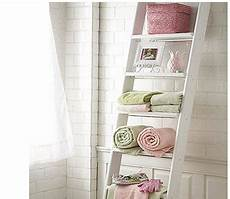 rangement serviette salle de bain salle de bain carrelage blanc echelle bois rangement