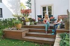 terrasse mit holz holz im garten gaertnern holzterasse garten holz im