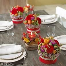 Herbstlicher Tischschmuck Gesteck In Rot Mit