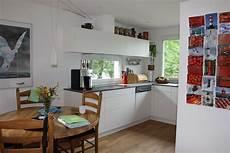 bilder küche deko k 252 chenblog weisse k 252 che mit roter dekoration