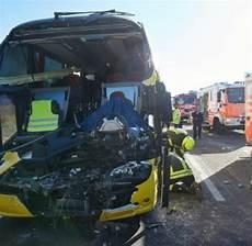 Unfall Hessen Heute - unf 228 lle zwei tote bei unfall mit lastwagen und reisebus