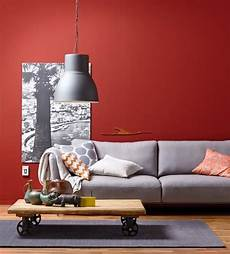 rote wandfarbe wand in rot plus sofa in grau sch 246 ner wohnen farbe