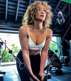 jennifer lopez shows off her toned physique in workout