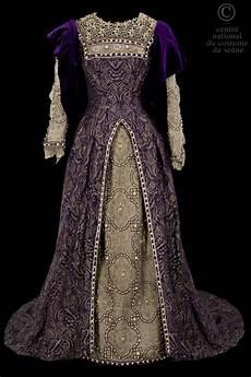 Robe De Style Renaissance Dessus De Robe En Brocard