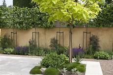 bepflanzung vor einer mauer mediterrane tuin garden and flowers modeste