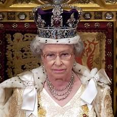 königin elisabeth 2 elizabeth ii regalia facts popsugar