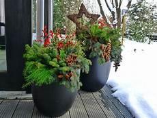 Pflanzkübel Modern Bepflanzen - pflanzk 252 bel in der adventszeit weihnachtliches ambiente