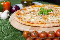 les recettes de pizza italienne recette de la pizza quatre fromages recette italienne
