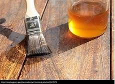 holz mit leinöl bearbeiten holz mit lein 246 l 246 kologisch bearbeiten lizenzfreies bild