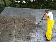 démousser une toiture d 233 moussage de toiture comment enlever la mousse sur un