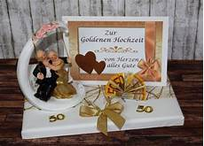 geld geschenk zur goldenen hochzeit mit goldpaar auf