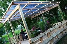 europaletten bauen unique terrasse aus paletten mit dach