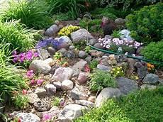 amenagement de jardin avec des pierres small rock garden ideas rock garden home landscaping