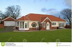 moderne bungalows mit garage bungalow with garage stock photo image of build fascia