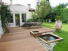 Holzterrasse Planen - holzterrasse mit essbereich und kleiner teich steinen