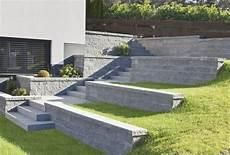 betonplatten auf rasen verlegen betonplatten im garten verlegen 25 ideen f 252 r gehwege
