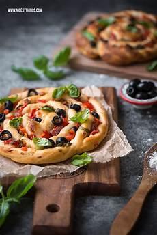 pizza mal anders pizza spirale rezept pizzaschnecke mit salami und oliven