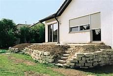terrasse bauen ideen terrassenbeete auf hohem niveau natursteinmauer