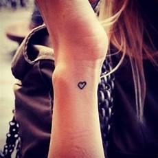 Herz Handgelenk - tattos ideen am handgelenk subtil und dezent