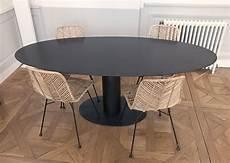 Table Haute Ovale Avec Pied Central En Acier Brut Sur Mesure