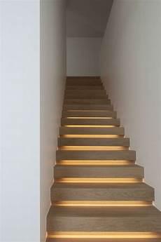 holzstufen led leisten treppenbeleuchtung idee modernes